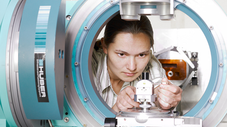 Example picture material physics: scientist operates diffractometer
